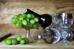 Libro della bottiglia di vino ed uva di vetro Fotografie Stock Libere da Diritti