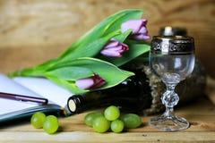 Libro della bottiglia di vino ed uva di vetro Immagini Stock Libere da Diritti