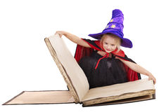 Libro della holding del bambino della strega. Fotografia Stock