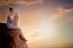 Libro della nuvola che legge femmina Fotografia Stock Libera da Diritti
