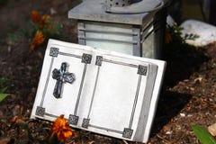 Libro della pietra su una tomba fotografia stock libera da diritti