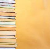 Libro della pila su di legno Immagini Stock