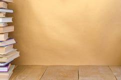 Libro della pila sulla tavola di legno Fotografia Stock Libera da Diritti