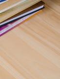Libro della pila sulla tavola di legno Fotografie Stock Libere da Diritti