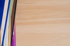 Libro della pila sulla tavola di legno Fotografie Stock