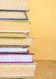 Libro della pila sullo scrittorio di legno Fotografia Stock
