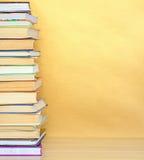 Libro della pila sullo scrittorio di legno Immagine Stock