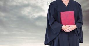 Libro della tenuta del giudice davanti alle nuvole del cielo Fotografia Stock Libera da Diritti