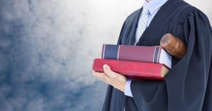 Libro della tenuta del giudice davanti alle nuvole del cielo Immagine Stock Libera da Diritti