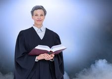 Libro della tenuta del giudice davanti alle nuvole ed alla luce Fotografia Stock