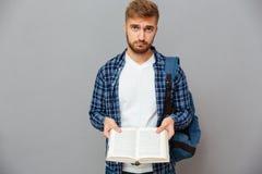 libro della tenuta dell'uomo fotografie stock libere da diritti