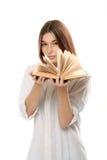 Libro della tenuta della giovane donna con le pagine aperte Fotografia Stock Libera da Diritti