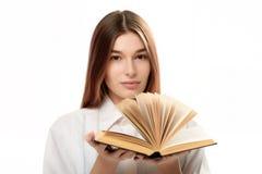 Libro della tenuta della giovane donna con le pagine aperte Immagini Stock Libere da Diritti