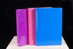 Libro dentellare, blu e rosso magenta su una priorità bassa nera Fotografia Stock Libera da Diritti