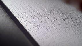 Libro di Braille per i ciechi Fine in su video d archivio