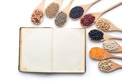 Libro di cucina in bianco e vari legumi Fotografia Stock