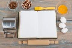 Libro di cucina e spezie in bianco sulla tavola di legno Fotografie Stock Libere da Diritti