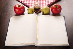 Libro di cucina ed alimento fotografie stock