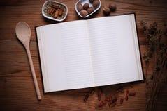 Libro di cucina sulla tavola fotografia stock