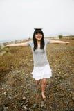 Libro di equilibratura asiatico della ragazza sulla testa Fotografia Stock Libera da Diritti