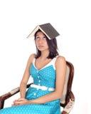 Libro di equilibratura della donna sulla testa Fotografia Stock