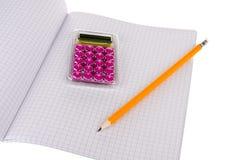 Libro di esercitazione con la matita ed il calcolatore di legno Immagini Stock Libere da Diritti