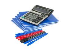 Libro di esercitazione con la penna ed il calcolatore Fotografia Stock