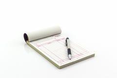 Libro di fattura che aprono la pagina in bianco con la penna Fotografia Stock Libera da Diritti