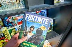 Libro di Fortnite in una mano fotografia stock