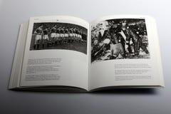 Libro di fotografia di Nick Yapp, allineamento del gruppo di Manchester United Fotografia Stock Libera da Diritti