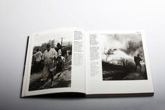 Libro di fotografia di Nick Yapp, rifugiati in una zona di guerra in Corea Immagine Stock
