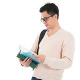 Libro di lettura adulto asiatico dello studente Fotografie Stock Libere da Diritti