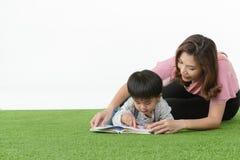 Libro di lettura asiatico del bambino immagine stock