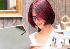 Libro di lettura asiatico della ragazza nella stanza d'annata Fotografia Stock Libera da Diritti