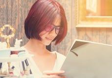 Libro di lettura asiatico della ragazza nella stanza d'annata Immagine Stock Libera da Diritti