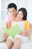 Libro di lettura asiatico delle coppie Fotografie Stock