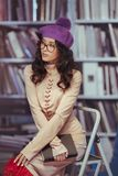 Libro di lettura asiatico dello studente nella biblioteca Fotografia Stock Libera da Diritti
