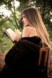 Libro di lettura attraente della giovane donna Fotografia Stock