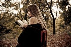 Libro di lettura attraente della giovane donna Immagine Stock Libera da Diritti
