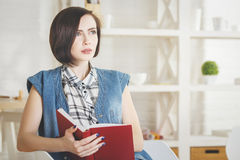 Libro di lettura attraente della giovane donna Immagine Stock