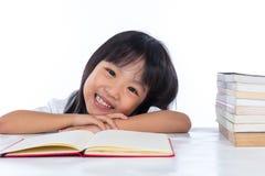 Libro di lettura cinese asiatico sorridente della bambina Fotografia Stock Libera da Diritti