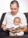 Libro di lettura con il papà Immagini Stock