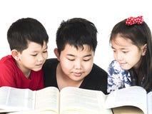 Libro di lettura curioso dei bambini Fotografia Stock Libera da Diritti