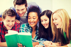 Libro di lettura degli studenti alla scuola Fotografie Stock