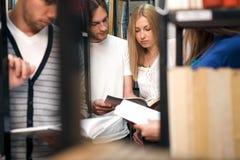 Libro di lettura degli studenti in biblioteca Immagine Stock