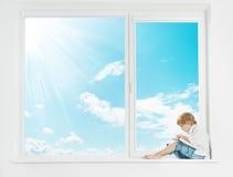 Libro di lettura del bambino della finestra Immagine Stock Libera da Diritti