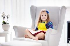 Libro di lettura del bambino I bambini hanno letto i libri Fotografia Stock