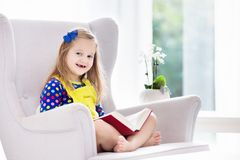 Libro di lettura del bambino I bambini hanno letto i libri Fotografia Stock Libera da Diritti