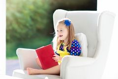 Libro di lettura del bambino I bambini hanno letto i libri Fotografie Stock