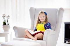 Libro di lettura del bambino I bambini hanno letto i libri Fotografie Stock Libere da Diritti